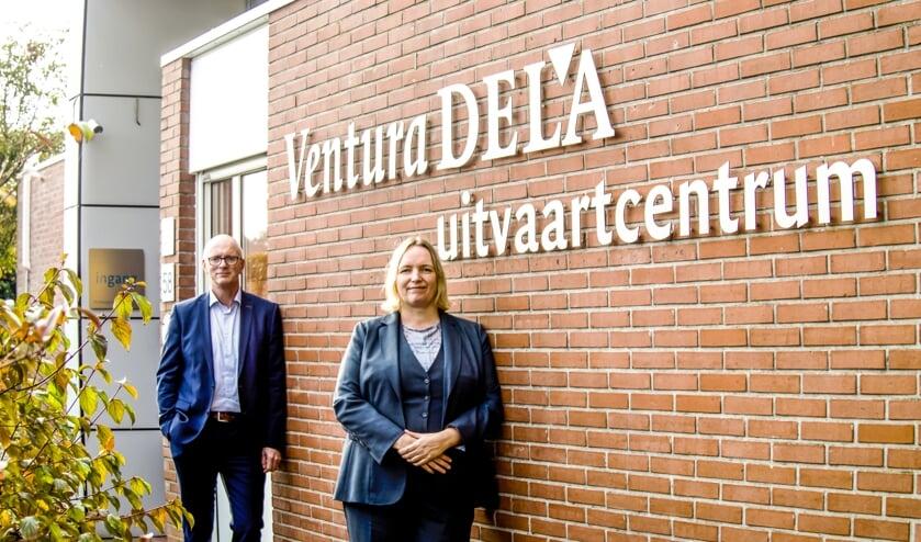 <p>Eric Moleman en Mariska Eppink voor het uitvaartcentrum in Groenlo. Foto: Erika Klein Kranenbarg/Mensenmensfotografie</p>