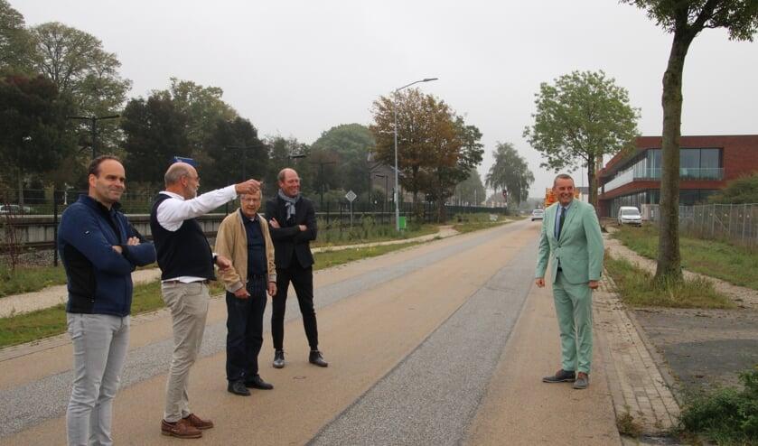 <p>Derde van links Hans Beele, bij het offici&euml;le startmoment van de aanleg van het park bij Beele Sealing Valley.&nbsp; Foto: Lydia ter Welle</p>
