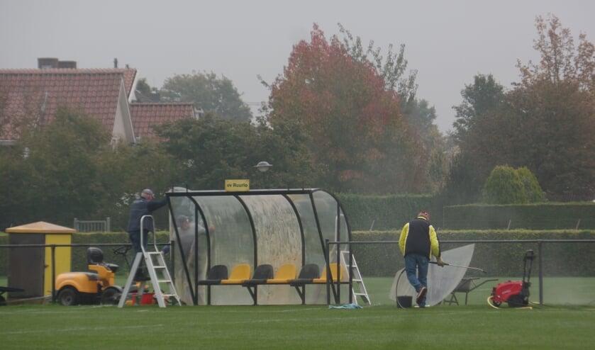 <p>Nu er geen competitiewedstrijden op sportpark &#39;t Rikkelder worden gespeeld had de VUT-groep van vv Ruurlo alle gelegenheid om de dug-outs te reinigen. Foto: Jan Hendriksen</p>