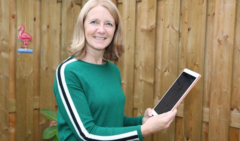 <p>Voorzitter Ingrid Stegink, met haar digitale partituur, hoopt op een geslaagde verkoop. Foto: Arjen Dieperink</p>