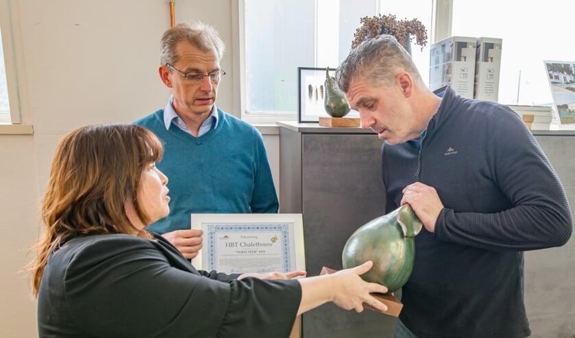 <p>Han Boterman ontving vorig jaar de Toffe Peer van wethouder Elvira Schepers. Op de achtergrond voorzitter van de Uitdaging Mark van Dam. Foto: PR</p>