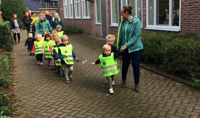 <p>Iedere dag wandelden de peuters in de buurt van het kinderdagverblijf. Foto: PR&nbsp;&nbsp;</p>