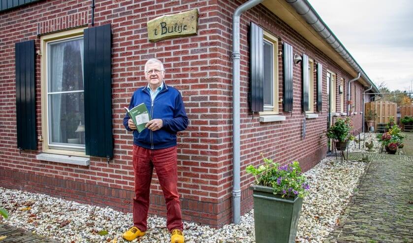 <p>Boer Gert is trots op zijn nieuwste uitgave 'Tekst en uutleg'. Foto: Liesbeth Spaansen</p>
