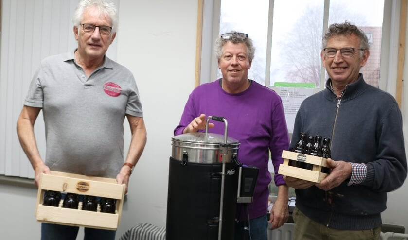 <p>Drie van de negen brouwers. Vlnr Andre van Oene, Koos Kemperman (bij de brouwketel) en Berend Ebbink. Foto: Arjen Dieperink</p>