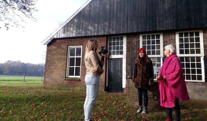 Roosmarijn ten Hoopen en Carla Aalberts worden geïnterviewd door Marleen Hoftijzer. Foto: PR
