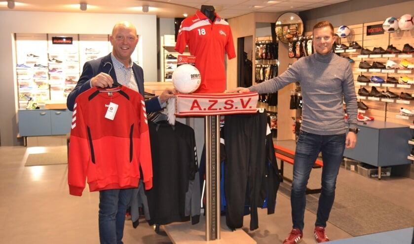 <p>Patrick Frenken met Stijn ter Haar in de &#39;shop-in-shop&#39; met AZSV-artikelen. Foto: Karin Stronks</p>