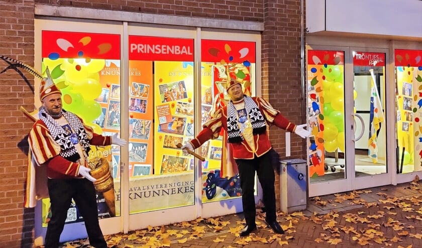 Prins Edwin II (rechts) en adjudant Robby bij de carnavalsetalages. Foto: PR