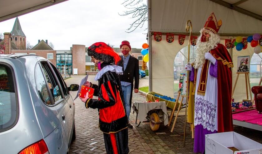 <p>Sinterklaas praat op afstand met de kinderen, piet mag dichtbij komen om de cadeautjes uit te delen. Foto: Achterhoekfoto.nl/Liesbeth Spaansen</p>