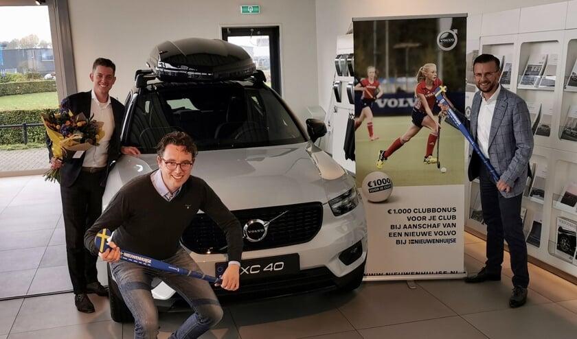 <p>V.l.n.r.: Michael Davidson, vestigingsmanager Volvo Nieuwenhuijse in Zutphen met Richard Sommer en Ricardo Boerkamp, sponsorcommissie MHCZutphen. Foto: PR</p>