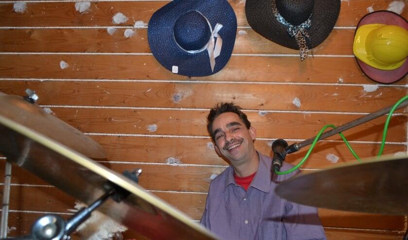 <p>Bart achter zijn drumstel in 'Studio 29' in Borculo. Foto: Leander Grooten</p>