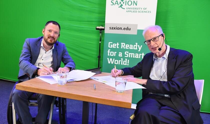 <p>De ondertekening van het contract door Otwin van Dijk en René Westra (rechts). Foto: Roel Kleinpenning</p>