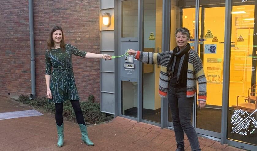 <p>Marijse Koelewin (r) draagt voor in de ingang van huisartsenpraktijk de Linde alvast de stethoscoop over aan Babette Blokhuis. Foto: PR</p>