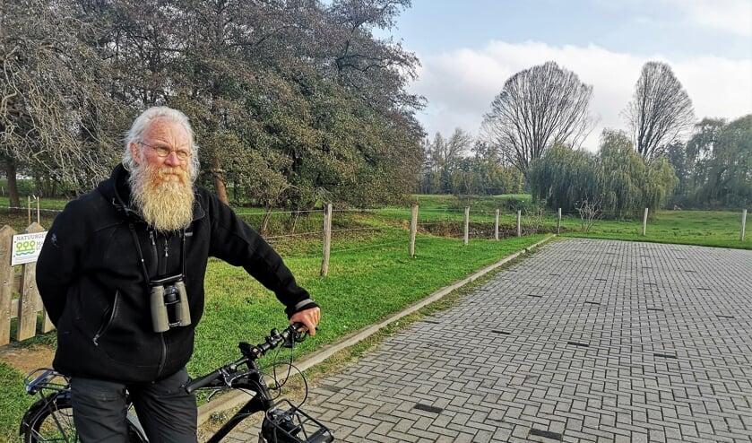 Zo kennen veel Lochemers 'vogelaar' Hans van Hoorn. Hij is bijna dagelijks onderweg met fiets en verrekijker als vaste attributen. Foto: Henri Bruntink