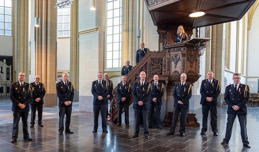 <p>De brandweermannen kregen de onderscheiding uitgereikt in de Walburgiskerk. Foto: Jolanda van Velzen</p>