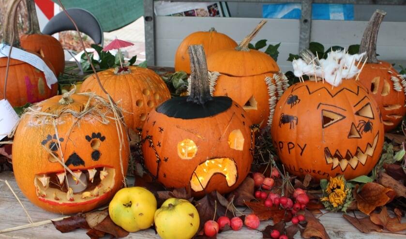 <p>Fraai uitgesneden Halloween-pompoenen werden ingeleverd op de markt in Hengelo. Foto: Wied Hendrix</p>