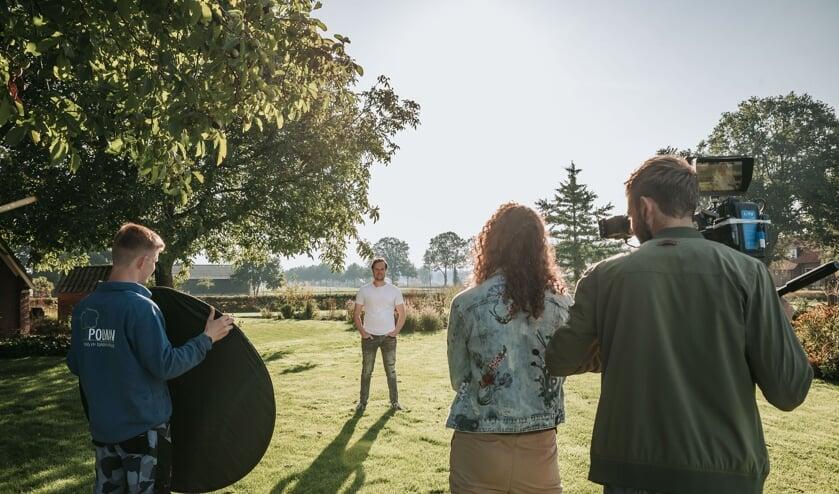 <p>Roy Polman tijdens de opnames in de tuin bij zijn eigen woonboerderij. Foto: Michelle van den Broek</p>