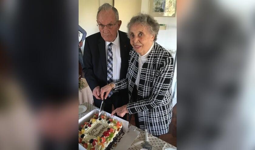 Piet en Joke Brittijn snijden de taart ter ere van hun diamanten huwelijk aan. Foto: Familie Brittijn