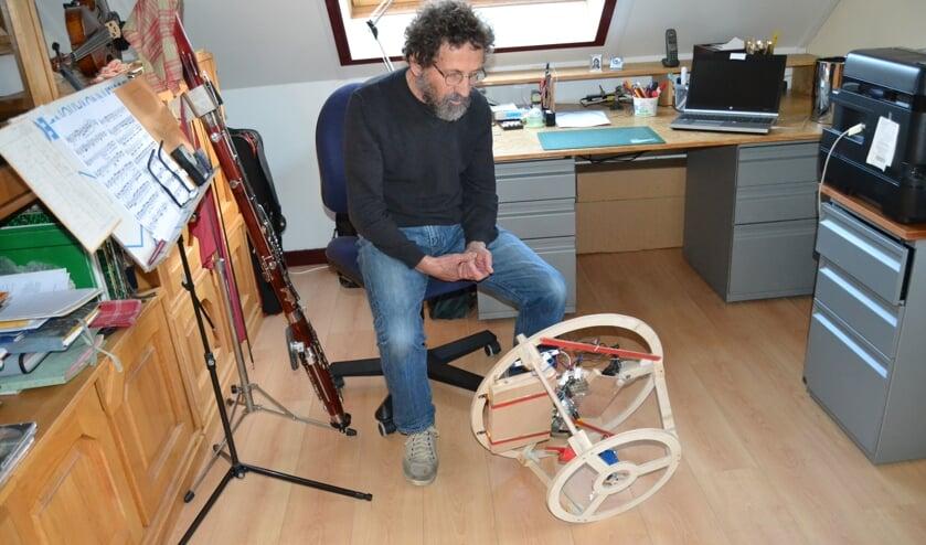 Wim van den Camp vertelt over zijn bewegende object in zijn 'nette' kamer. Foto: Karin Stronks