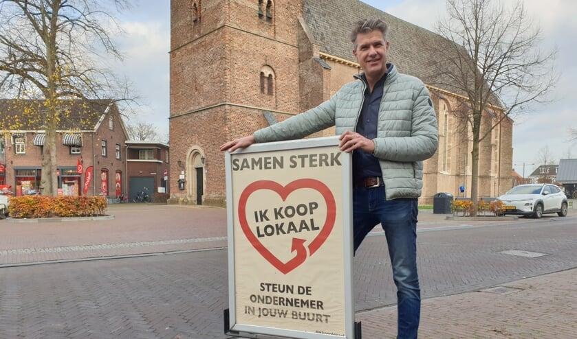 <p>Voorzitter Peter Besselink van de VOV bij de poster. Foto: PR </p>