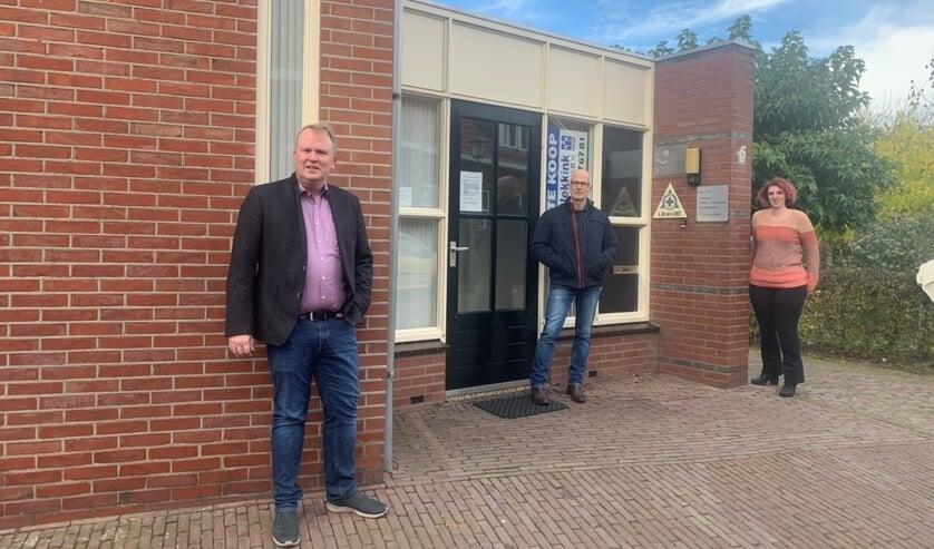<p>Vlnr:Guido Uland, Bert Weevers en Esther Diepenbroek bij een praktijkruimte in Bredevoort die mag worden omgezet naar wonen. Foto: PR</p>