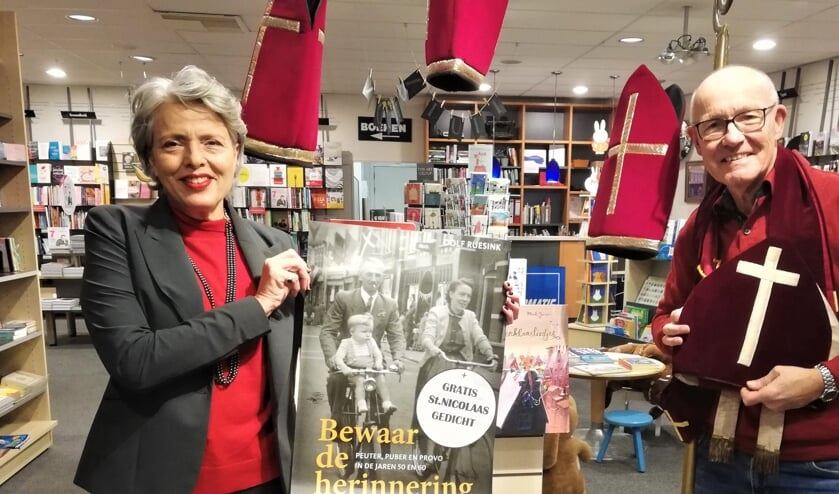 <p>Boekhandelaar Veronie Snijder-Kramer en schrijver Dolf Ruesink in St. Nicolaassfeer. Foto: PR</p>