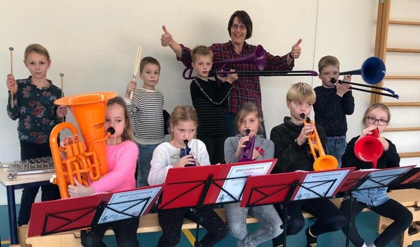 Ada van Egmond met de spelenderwijs leerlingen.