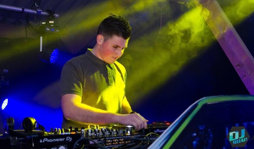 <p>DJ Roan aan het werk. Foto: Patrick Riethorst</p>
