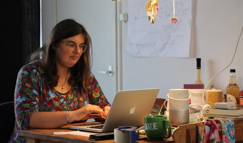 Barbara Pavinati op haar tijdelijke werkplek. Foto: Annekée Cuppers