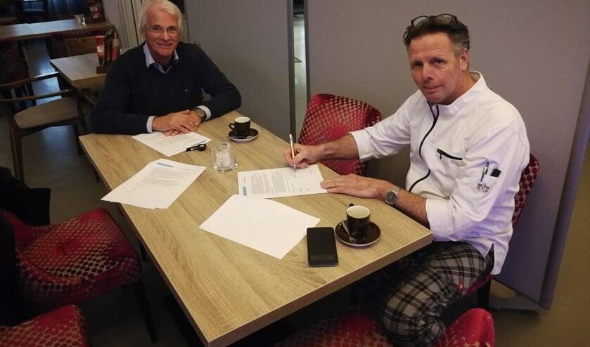 <p>Rini te Kulve ondertekent het contract. Foto: Henk Bekkers</p>