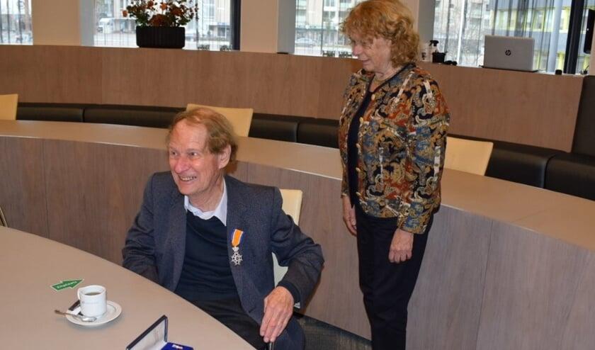 <p>Lex Schaars, met zijn echtgenote, mag zich Ridder in de Orde van Oranje-Nassau noemen. Foto: Frans van Gorkum</p>