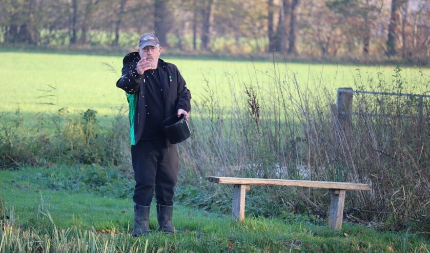 <p>Rob Driessen is de vis aan het bijvoeren. Foto: Arjen Dieperink</p>