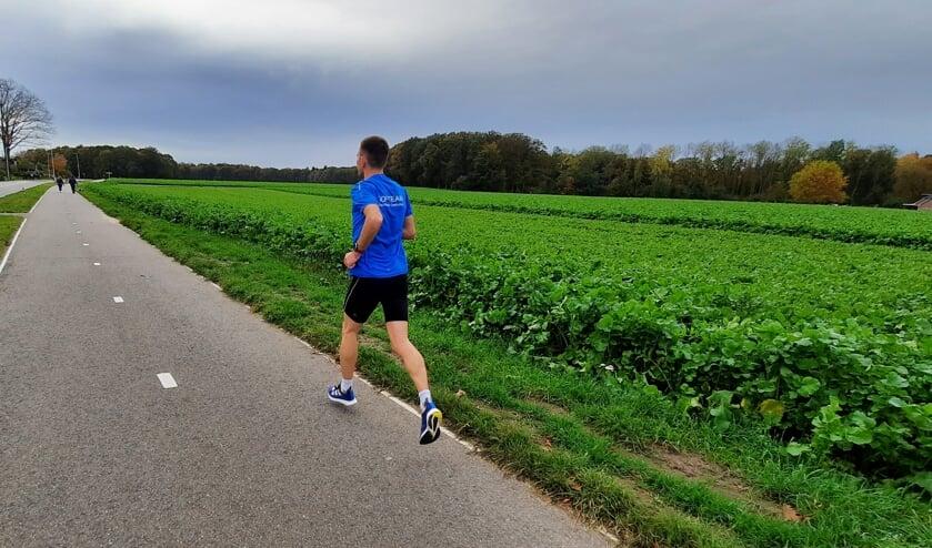 <p>Jordy Kloet rent 5 kilometer in eigen omgeving. Foto: Luuk Nusselder</p>