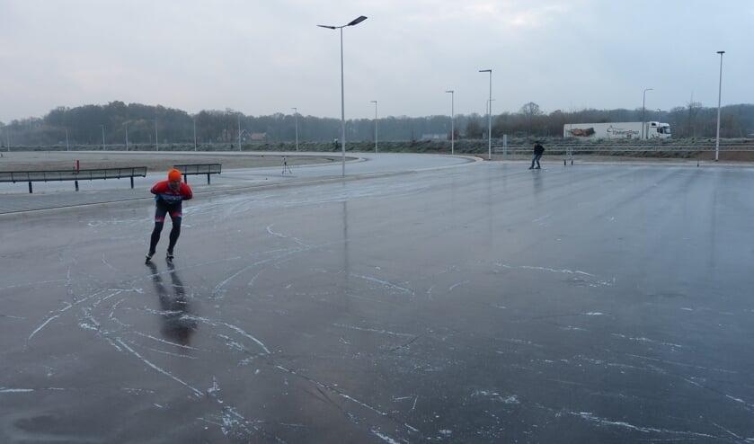 De eerste schaatsers op het krabbelbaantje van de Winterswijkse IJsvereniging. Foto: Bernhard Harfsterkamp