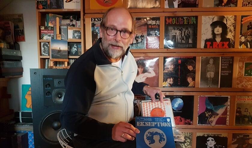 <p>Henk Rijks op zijn muziekzolder met zijn keuzenummer. Foto: Mark Ebbers</p>