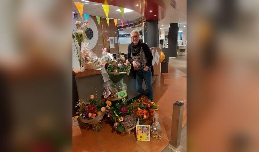 Hanny van Gurp-Niesink ontving bij haar afscheid afscheidswoorden, bloemen en cadeaus. Foto: HCI