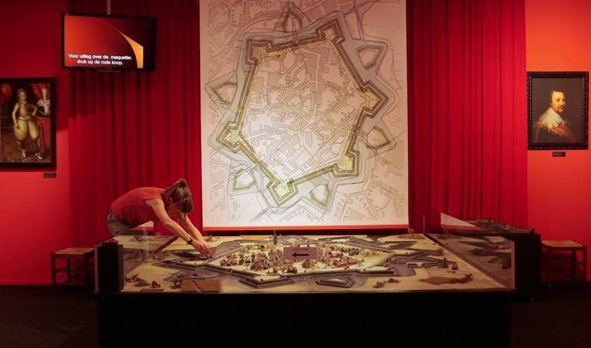 <p>Marike Jager actief tijdens haar bezoek aan het Stadsmuseum. Foto: Erfgoedfestival</p>