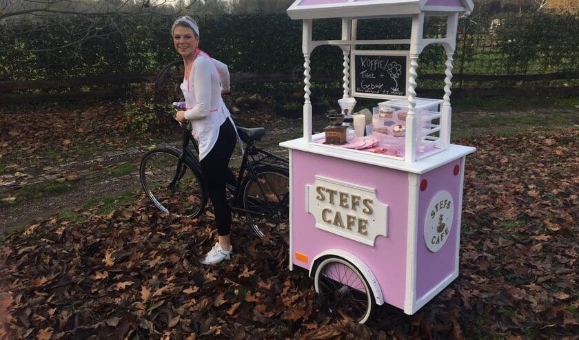 <p>Stefanie Ahold met haar 'Stefs Café'. Foto: eigen foto</p>
