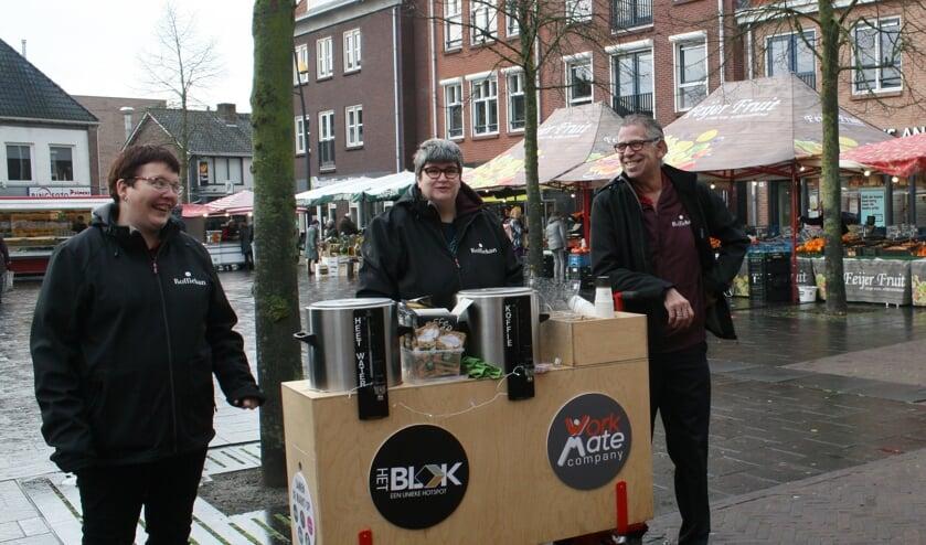 <p>Van links naar rechts: Femke Reukers, Melanie Zweverink, Johan Funke met hun koffiekar over de markt. Foto: Din&egrave;s Quist</p>