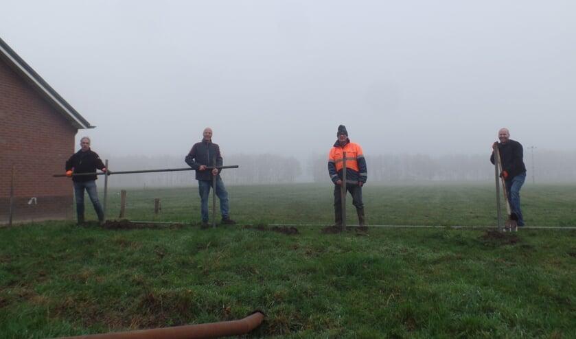 <p>De bestuursleden Evert Wezinkhof, Henk Stegeman, Gert van der Mast en Albert Kamperman (v.l.n.r.) waren zaterdag &nbsp;bij de Ruurlose ijsbaan druk bezig om het &lsquo;raamwerk&rsquo; voor de sponsorspandoeken gereed te maken. Foto: Jan Hendriksen </p>