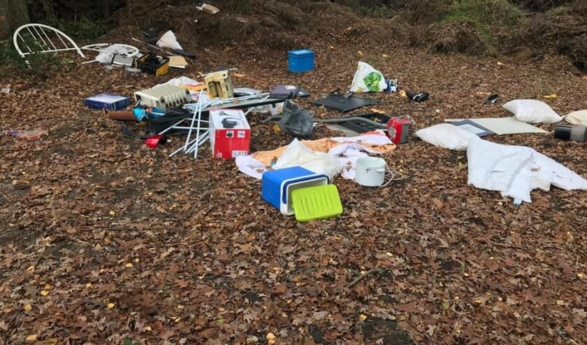 Afval gedumpt bij de groene grensovergang. Foto: Facebook Willem Saris