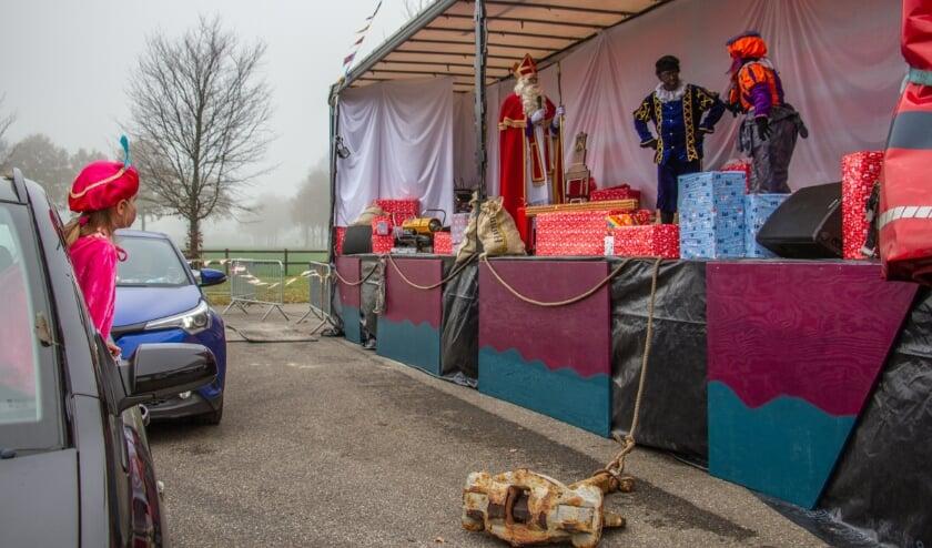 <p>Sint sprak in Drempt de kinderen toe vanaf zijn 'boot'. Foto: Achterhoekfoto.nl/Liesbeth Spaansen</p>