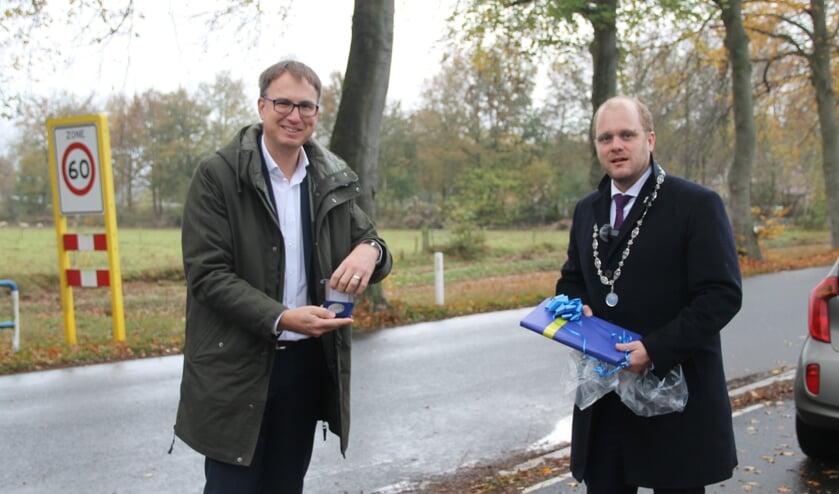<p>Christoph Holtwisch (l) ontvangt uit handen van burgemeester Bengevoord de erepenning (foto Lineke Voltman) </p>