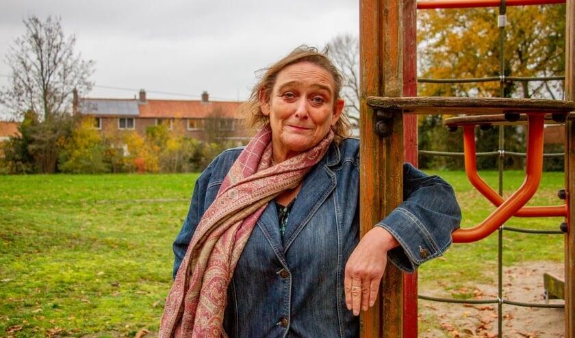 <p>Corrie Verkerk denkt met plezier terug aan de tijd op het speelterrein achter haar huis (tweede van links) in Vorden. Foto: Liesbeth Spaansen</p>