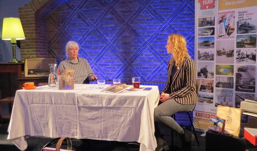<p>Schrijfster Annegreet van Bergen (links) in gesprek met projectleider Joanne te Winkel van het Gelders Genootschap. Foto: Josée Gruwel</p>