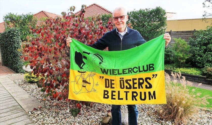 <p>Voorzitter Paul Ribbers van 'De Ösers' met de kleurrijke clubvlag. Foto: Theo Huijskes</p>