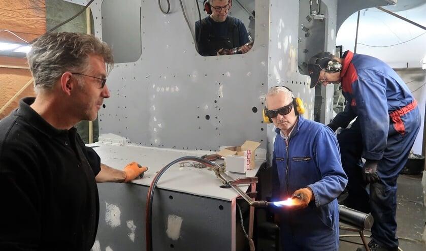 Vrijwilligers onder leiding van Ronald Wopereis (links) zijn aan het werk in de 'Grolse Sik'. Foto: Theo Huijskes