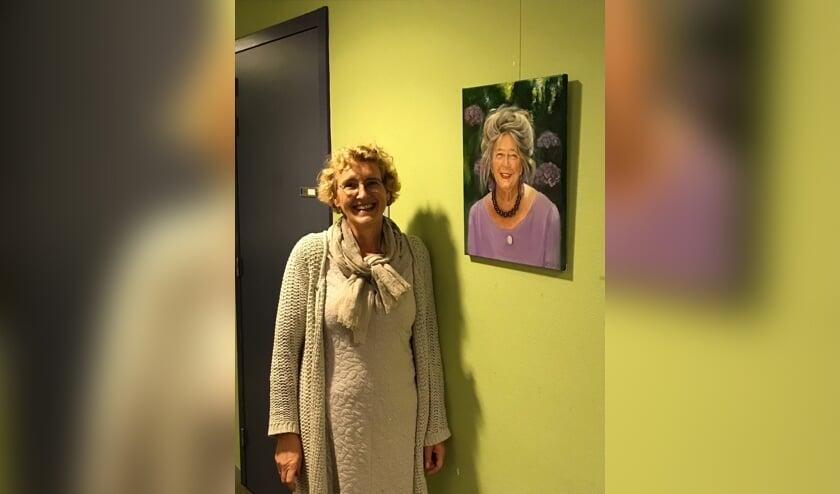 <p>Ellen de Zwart bij een van de door haar gemaakte portretten. Foto: PR</p>