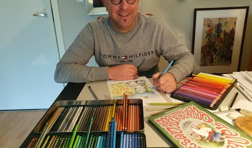 <p>Sander Esselink druk bezig met de tekening. Foto: Henri Walterbos</p>