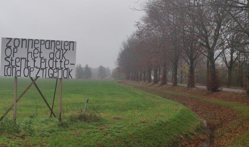 <p>Niet iedereen is evenblij met de zonneparken, getuige dit bord bij de Boksveenweg. Foto: Rob Stevens</p>