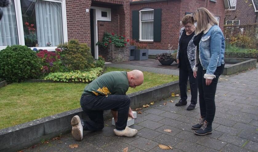 <p>Wim Jansen bepaalt de plek voor de eerste vijf stenen op aanwijzing van Iris Jansen van de stichting Stolpersteine Dinxperlo. Foto&#39;s: Frank Vinkenvleugel</p>